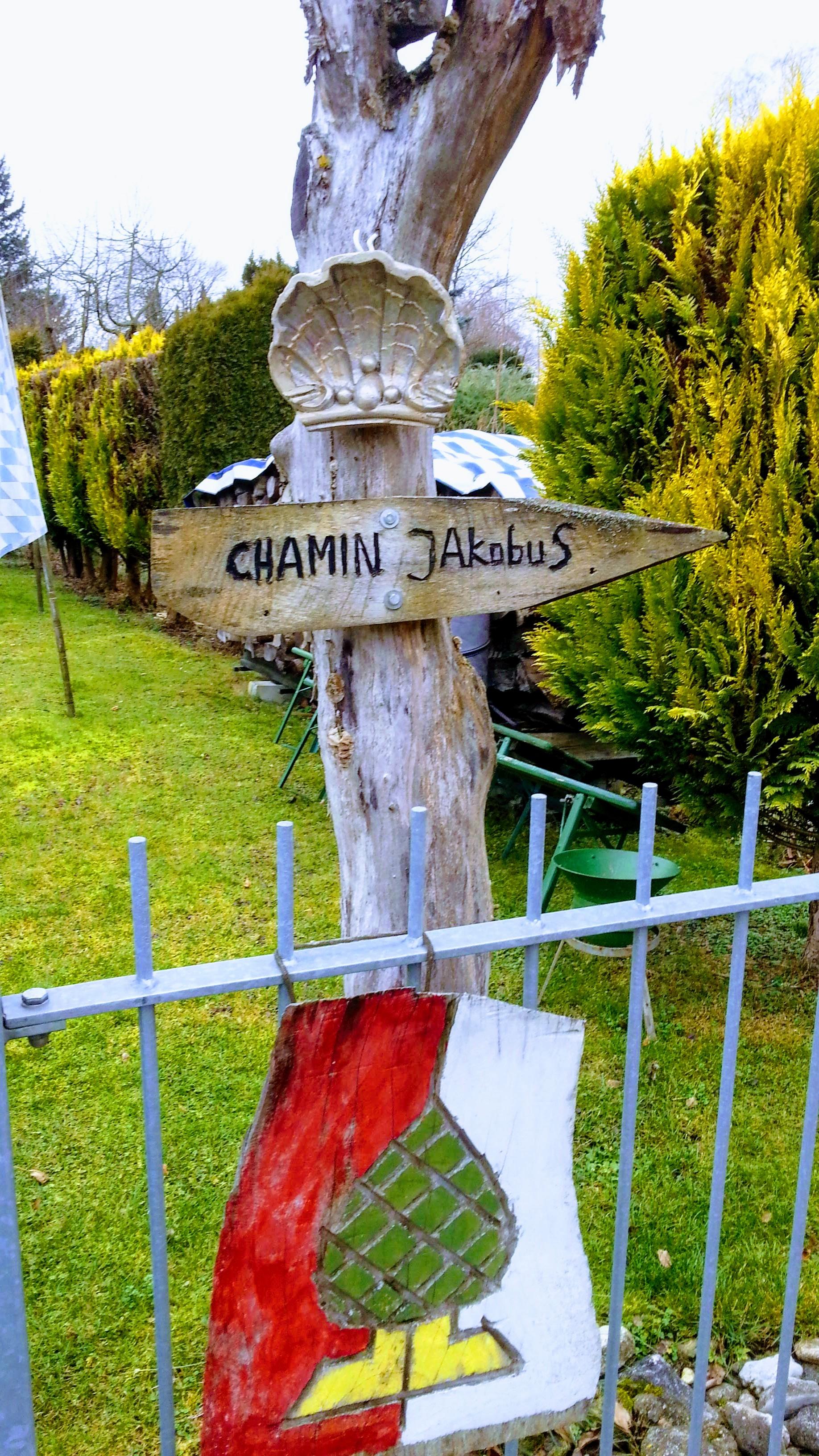 Jakobsweg Wegweiser in einem Garten bei Inningen
